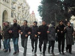 В Баку оппозиционеры забросали яйцами памятник Алиеву