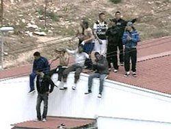 Итальянские власти вывозят мигрантов с Лампедузы