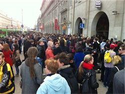 Около 300 минчан находятся на месте трагедии у станции метро