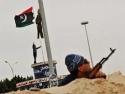 Ливийские повстанцы попросили денег и оружия