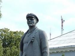 В украинском поселке Шишаки повалили памятник Ленину