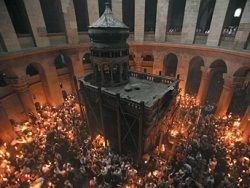Почему Благодатный огонь на Пасху привозит Якунин?