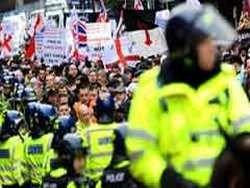 В уличных боях в Великобритании ранены восемь полицейских