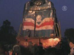 В Индии поезд врезался в автобус, погибло 40 человек