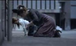Дети копируют поведение взрослых (видео)