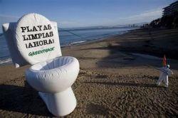 Надувной унитаз на пляже и другие акции протеста Гринпис (фото)