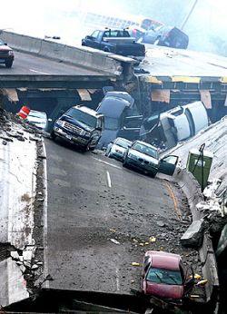 Автобус с детьми на рухнувшем мосту спасло чудо