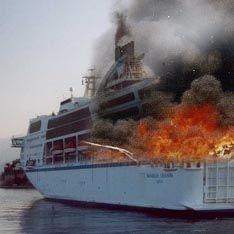 Не удается потушить горящий паром в Черном море