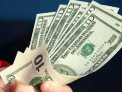 Эксперты: покупать доллары поздно, положить в банк - самое время