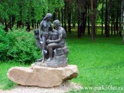 Вандалы сокрушили скульптуры Адама и Евы в Москве