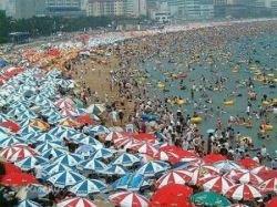 Южнокорейский пляж в сезон отпусков (фото)