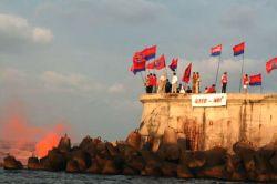 В Севастополе обстреляли эсминец ВМС США (фото)