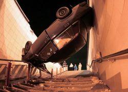 Пьяный водитель припарковал свою машину в подземном переходе (фото)