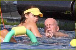 Брюс Уиллис со своей новой девушкой на отдыхе (фото)