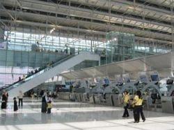 В период массовых отпусков терминалы аэропортов превращаются в пересылочные зоны