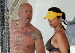 Брюс Уиллис проводит отпуск с новой пассией - известной моделью Playboy