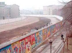 Берлинскую стену решили отремонтировать