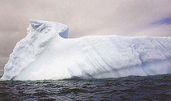 В Арктике российский корабль натолкнулся на айсберг