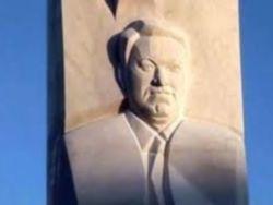 Памятник Ельцину в Екатеринбурге начал разрушаться
