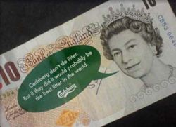Carlsberg использует английскую королеву для массовых беспорядков