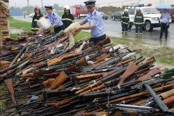 Полицейские готовятся к уничтожению незаконного и поддельного оружия, которое было конфисковано в Сиане