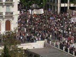 Полиция слезоточивым газом разгоняет манифестантов в Афинах