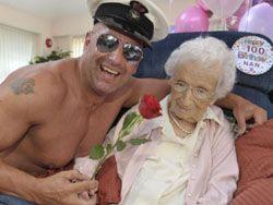100-летней британке на день рожденья подарили стриптиз