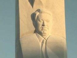 Памятник Борису Ельцину в Екатеринбурге пошел трещинами