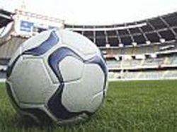 Футбол лучше смотреть в баре, чем на стадионе, утверждают ученые