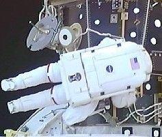 Астронавт шаттла Endeavour повредил скафандр в открытом космосе