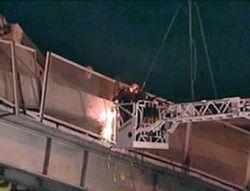 На МКАД автомобиль разрушил мост-переход: есть пострадавшие (фото)