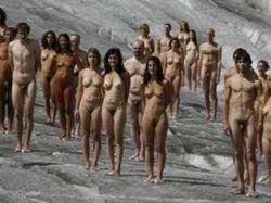Фотограф Спенсер Туник снова раздел людей. В этот раз – на леднике