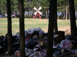"""Уже месяц на месте лагеря \""""Наших\"""" на Селигере лежат горы мусора"""