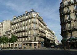 Вооруженный мужчина удерживает сотрудников парижского магазина