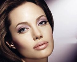 Джоли снова лицо Shiseido