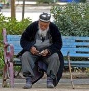 Президент Таджикистана запретил населению разбрасывать деньги на свадьбах