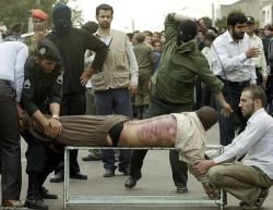 Иранца публично выпороли за пьянство и разврат