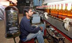В Пакистане разливают виски