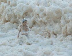 Жители Австралии искупались в морской пене (фото)
