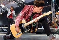 Гитарист группы Роллинг Стоунз огрел гитарой фаната (видео)