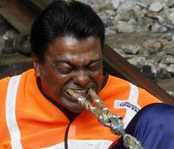Малазиец утащил поезд зубами (фото)