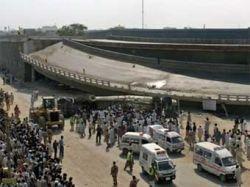 Не менее 6 человек погибли при обрушении моста в Карачи