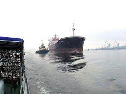 В херсонском порту переломилась пополам баржа