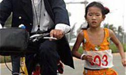 Отец заставил с 8-летнюю дочь пробежать 3.350 километров