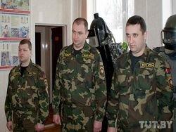 МВД Беларуси показало журналистам прогремевших в интернете людей