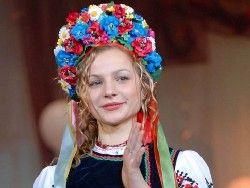 Украинок учат завязывать старинные головные уборы
