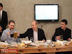 Путин выпил пива с футбольными фанатами