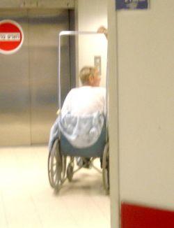В израильской клинике Абдулов передвигается на инвалидной коляске