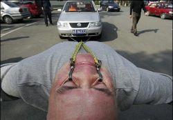 Китаец протащил автомобиль глазными веками