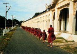 Монахи захватили 20 полицейских в Бирме